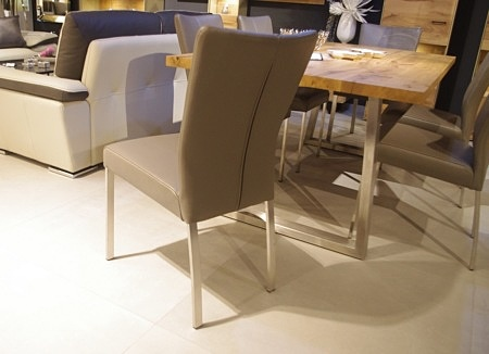 Nogi metaloww w krzesłach nowoczesnych