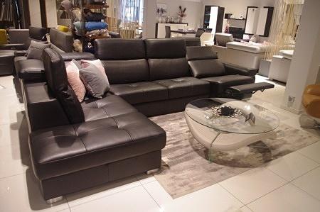 Duży nowoczesny narożnik do salonu, pikowane siedziska, regulowane oparcia, skórzany brązowy
