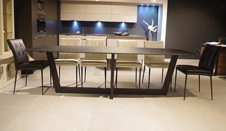 Piękny stół z blatem ze spieku