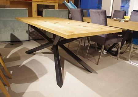 Stół na metalowych nogach czarne