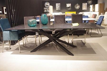 Stół z blatem ze spieku kwarcowego