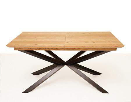 Stół na metalowych nogach z nogami na krzyż