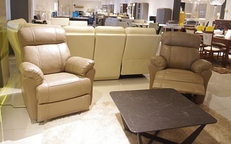 Beżowe fotele z grubej naturalnej skóry