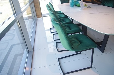 Krzesło na płozach czarnych zielona tapicerka