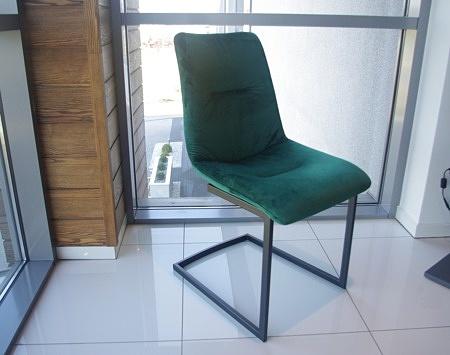 Krzeslo na płozach czarnych zielony materiał