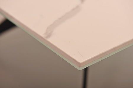 Modny stolik kawowy do nowoczesnego salonu statuario venato soft touch szklo optiwhite czarna noga marmur