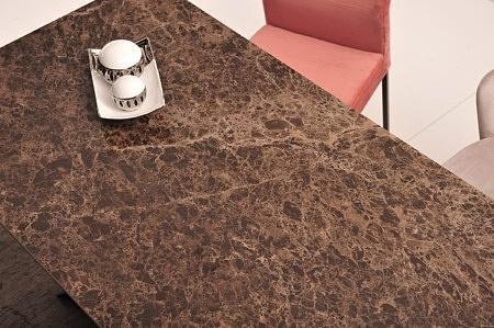 Piękny stół na metalowej noce ze spiekiem kwarcowym laminam połysk blat
