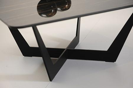 Stolik kawowy z czarnymi nogami eleganckim blatem w połysku polerowany spiek kwarcowy