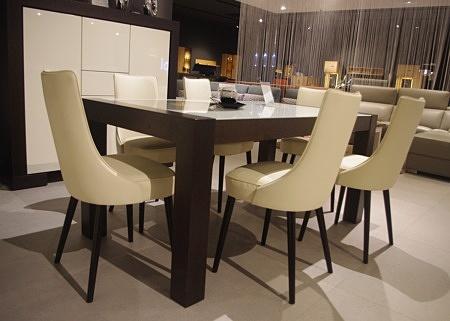 Białe krzesła całe skórzane z drewnianymi nogami