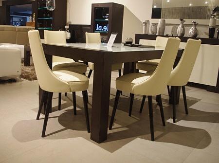 Białe eleganckie skórzane krzesła do salonu z drewnianymi nogami i pełnym oparciem