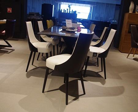 Krzesła ze skóry białe
