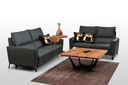 Aviva II - dwie sofy skórzane zaaranżowane we wnętrzu nowoczesnego salonu, czarna włoska skóra naturalna klasy premium, czarne satynowane nóżki metalowe