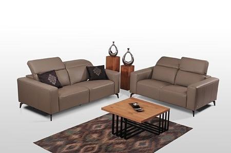 Dwie eleganckie sofy klasy premium do nowoczesnego salonu, brązowa skóra naturalna, funkcja relaks, miękkie wygodne siedziska, szerokie boki