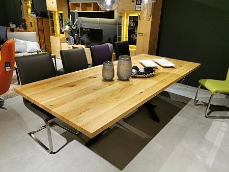 Elegancki stół z blatem z litego drewna matowy kolor