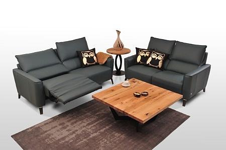 Aviva II - sofy skórzane czarne - prezentacja działania funkcji Relax, wygodne rozłożone siedzisko pozycja półleżąca gwarantująca maksymalny wypoczynek