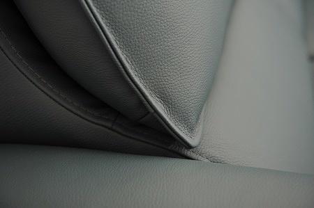 Detal wykonania i szycia brzegów poduszki w oparciu