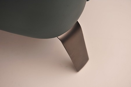 Czarna nóżka satynowana do kanapy