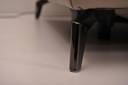 Metalowa smukła nóżka do eleganckiej sofy nowoczesnej