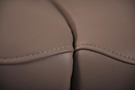 Szczegóły połączenia siedzisk sofy - detal wykonania