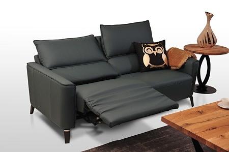 Aviva II - czarna kanapa skórzana - wygodna i klasyczna, z funkcją relax elektryczny, siedzisko rozłożone w pozycji wygodnego wypoczywania