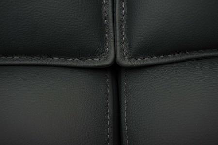 Szczegół szycia siedziska cienką nicią