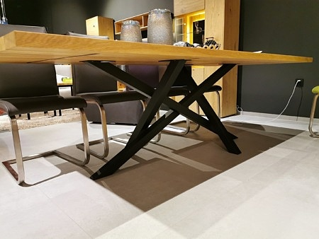 Stół w stylu industrialnym z blatem z litego drewna