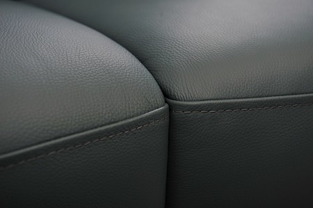 Zbliżenie na łączenie siedzisk z czarnej skóry naturalnej