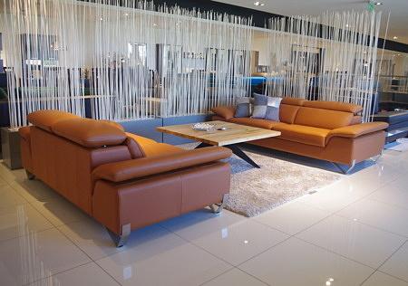 Kanapy do salonu ze składanymi zagłówkami