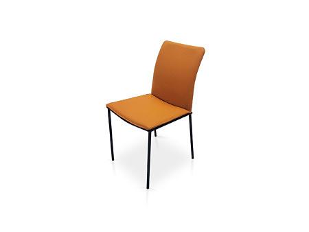 Krzesło z brązowej skóry na czarnych nóżkach elegancja styl loftowy
