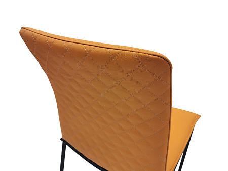 Nowoczesne designerskie krzesło ze skóry na stabilnych metalowych nóżkach