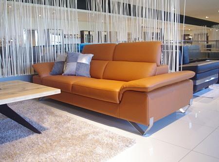 Pomarańczowa sofa do salonu