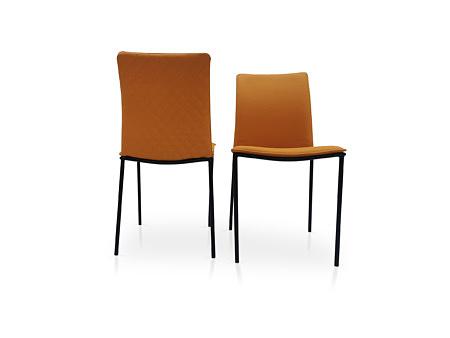 Pomarańczowe krzesła z pikowaniem na oparciu i na metalowej nodze