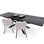 Rozłożony czarny stół z wkładkami lakierowanymi na metalowej nodze