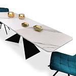 Stól z nowoczesnymi krzesłami koloru niebieskiego w materiale