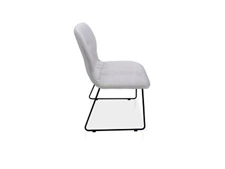 Krzesło na metalowej czarnej płozie dobrze wyprofilowane styl loftowy