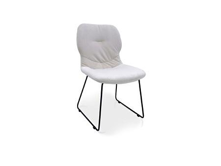Krzesło z przeszyciem w oparciu w jasnym kolorze materiał odporny na zabrudzenia