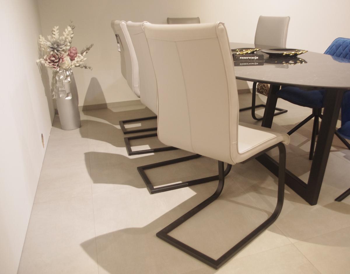 Krzesła na czarnych płozach