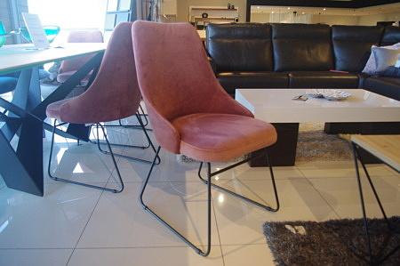 Krzesło na czarnych nogach
