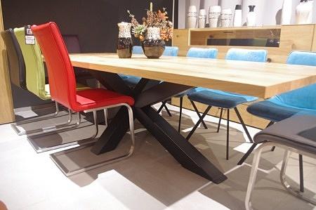 Nierozkłądany duży stół