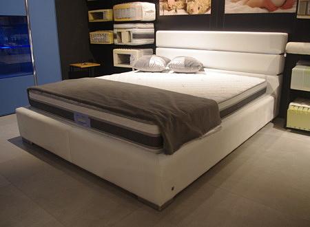 łóżko białe tkanina