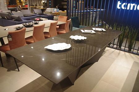 Stół z blatem ze spieku kwarcowego poler