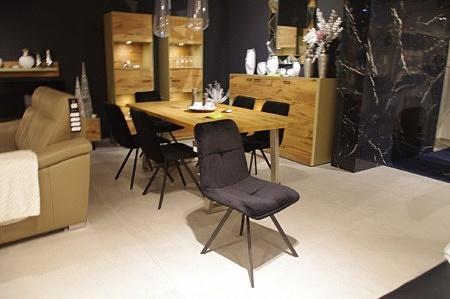 Czarne industrialne krzesło aksamit