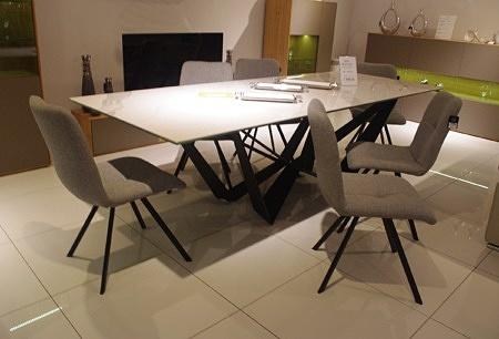 Krzesła do salonu z szarego materiału
