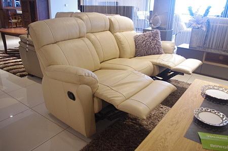 Wygodna sofa z podnóżkiem