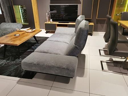 Duża kanapa z rozkładaniem foteli na wysokich nogach